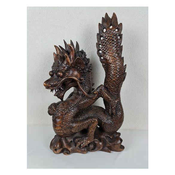 Faragott sárkány figura
