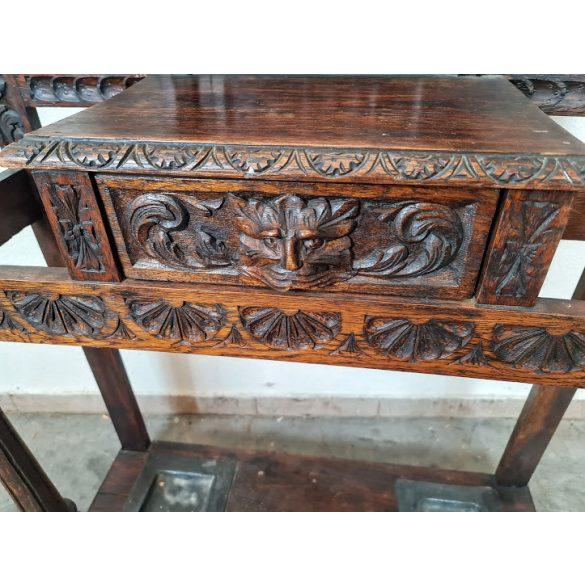 Antik, frissen felújitott, reneszánsz stílusú, dúsan faragott előszobafal