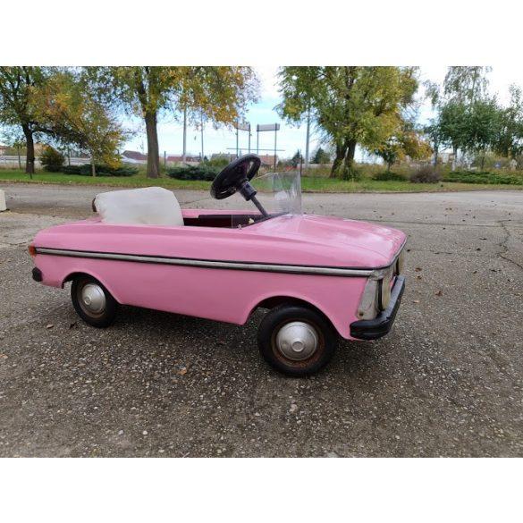 Régi pedálos Moszkvics rózsaszín