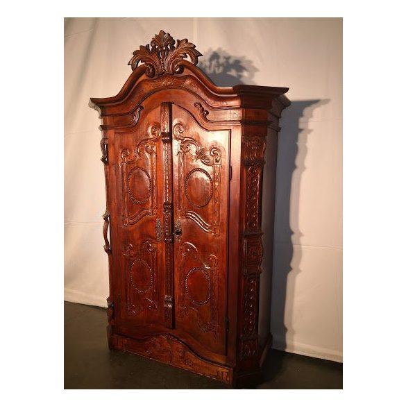 Dúsan faragott,frissen felújított antik szekrény