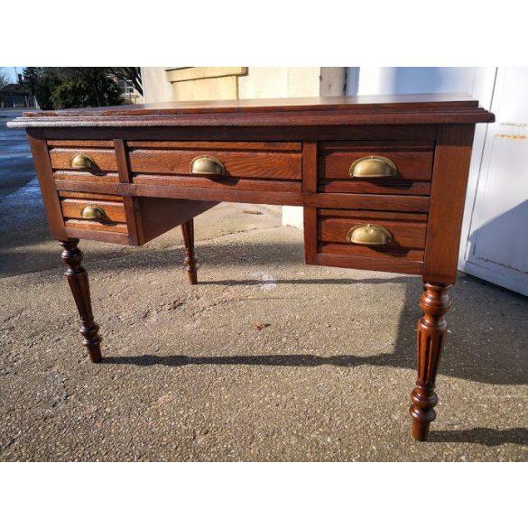 Frissen felújított antik íróasztal