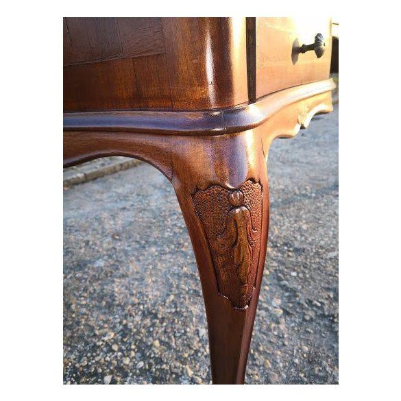 Frissen felújított antik barokk stílusú íróasztal