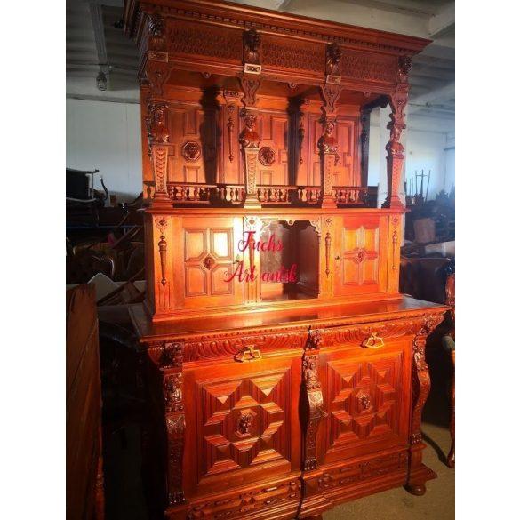 Antik,dúsan faragott, reneszánsz stílusú tálalószekrény