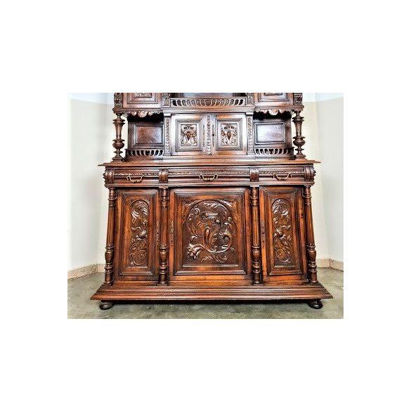 Antik, frissen felújitott reneszánsz tálalószekrény