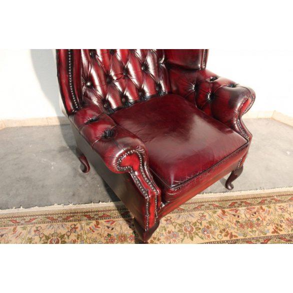Antik burgundi színű Queen Anne chesterfield füles bőr fotel.