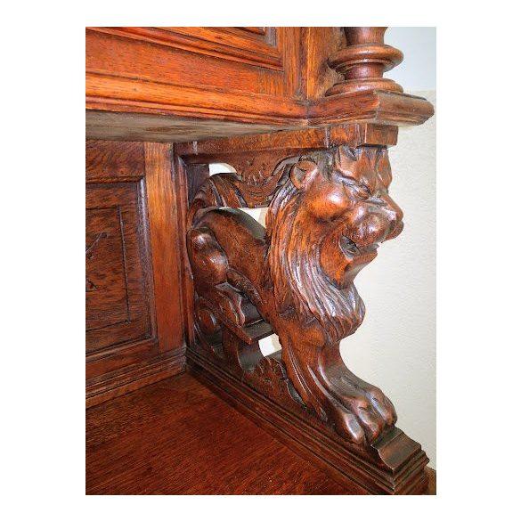 Antik,frissen felújított reneszánsz stílusú dúsan faragott vadásztálaló