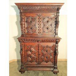 Antik,frissen felújított reneszánsz stílusú dúsan faragott szekrény