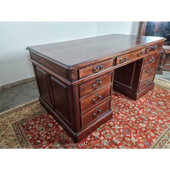 Gyönyörű Angol, bőrborítású chesterfield íróasztal