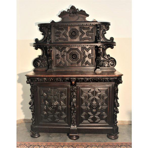 Antik,reneszánsz ,dúsan faragott tálalószekrény