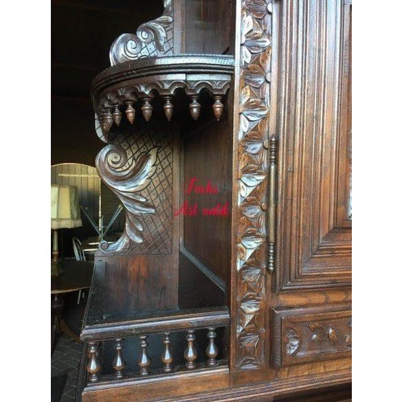 Antik ,dúsan faragott ,reneszánsz stílusú tálalószekrény