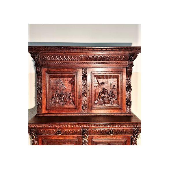 Antik, frissen felújított reneszánsz stílusú dúsan faragott szekrény