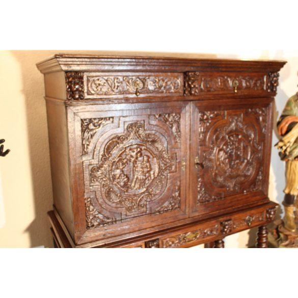 Antik,nagyon régi,frissen felújított reneszánsz,dúsan faragott kabinetszekrény.Múzeumi darab!