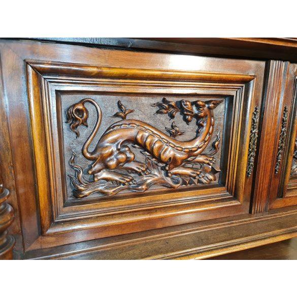Antik,frissen felújított reneszánsz,dúsan faragott tálalószekrény