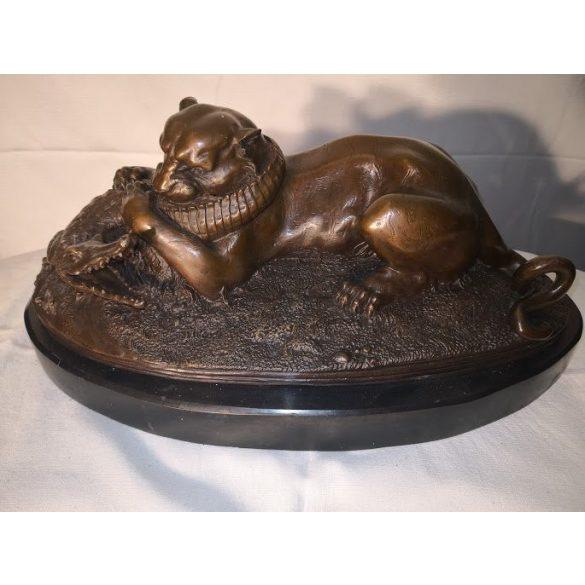 Párduc,és krokodil harcaHatalmas jelzett bronz szobor márvány talapzaton