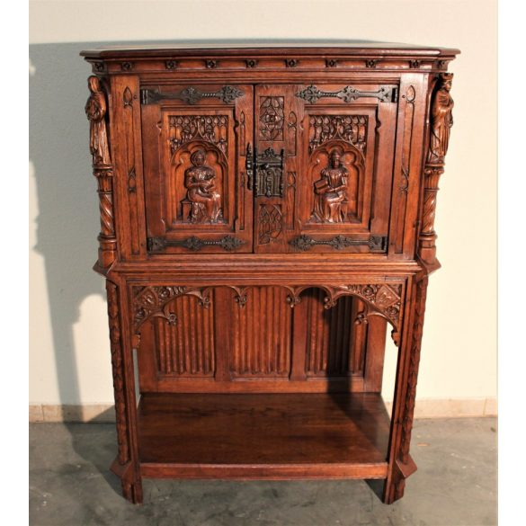 Antik,frissen felújított reneszánsz,gótikus stílusú dúsan faragott kabinetszekrény
