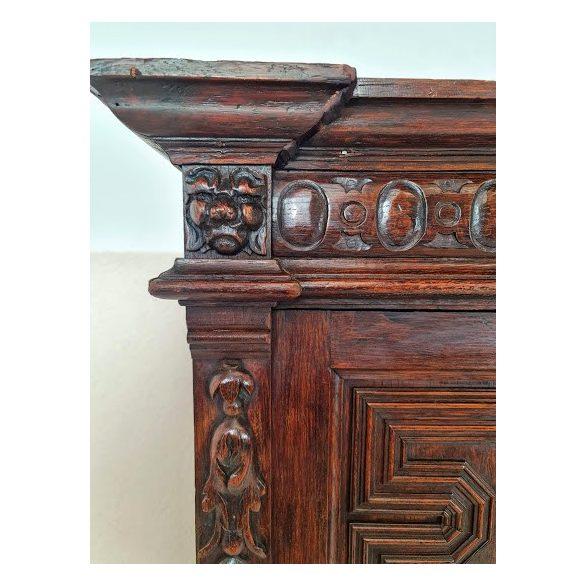 Frissen felújított reneszánsz stílusú kabinetszekrény