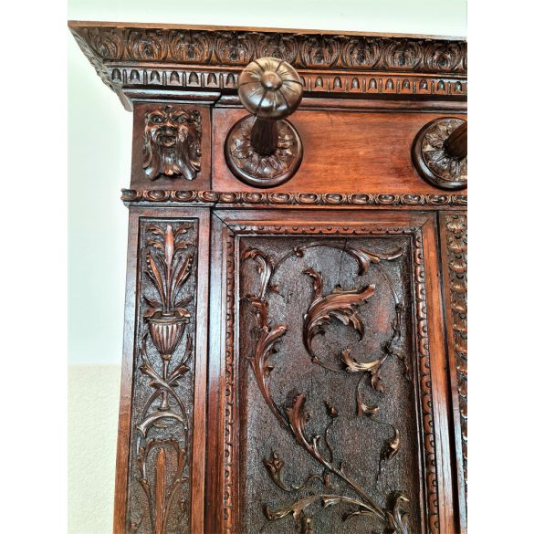 Antik,frissen felújított reneszánsz kabátfogas,előszobafal
