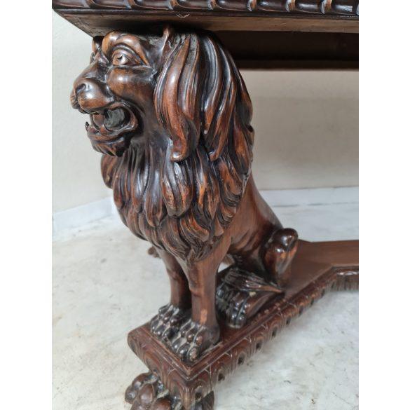 Régi, oroszlán lábakon álló étkezőasztal